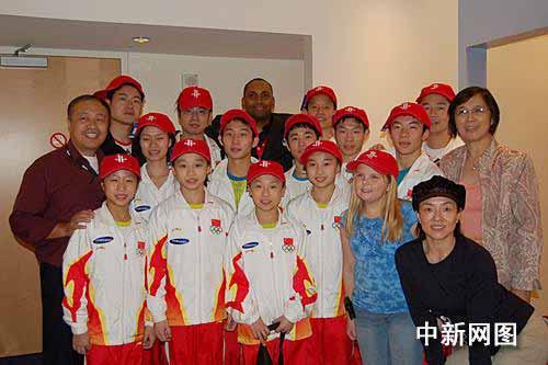 中国体操队赴美参赛 受到火箭队代表拉拉队欢迎