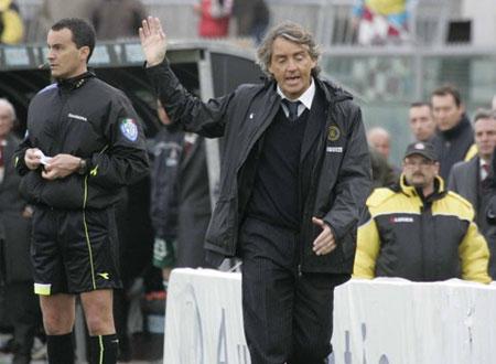 图文:利沃诺1-2国米 曼奇尼不解红牌