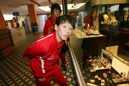 图文:女足阿杯战前放风 腕表成为第一选择