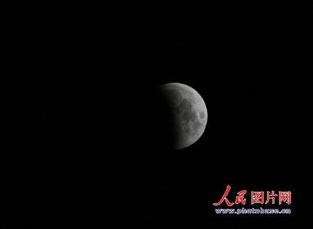 图文:元宵节乌鲁木齐市天空现月全食