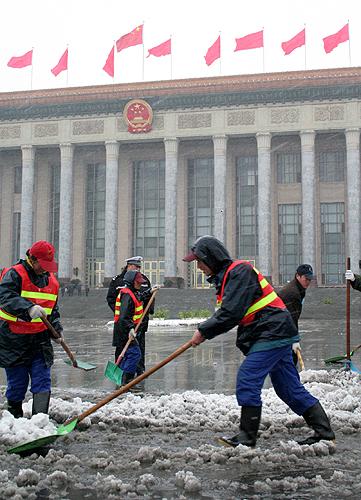 工作人员在清扫积雪