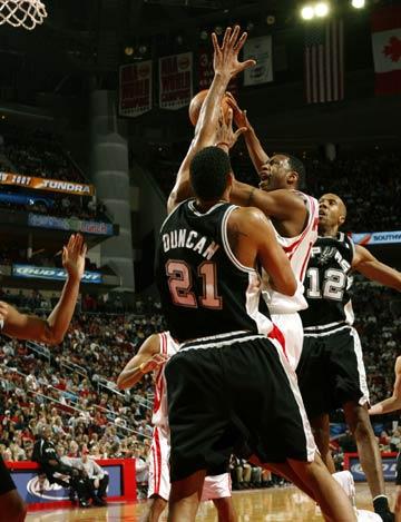 NBA图:火箭VS马刺 麦迪强行杀入篮下