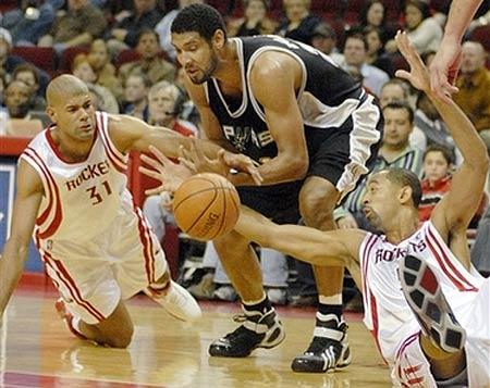 NBA图:火箭VS马刺 老霍与巴蒂尔倒地拼抢