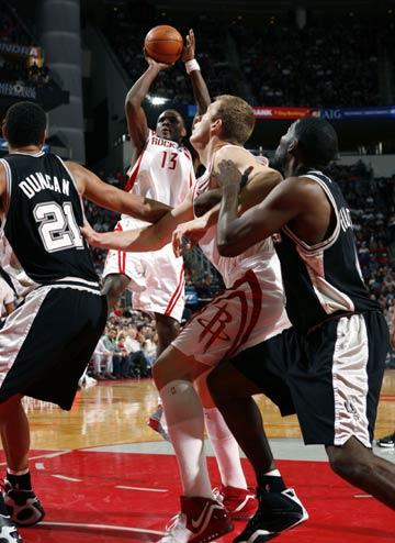NBA图:火箭VS马刺 斯耐德后仰跳投