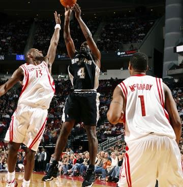 NBA图:马刺胜火箭 芬利后仰跳投