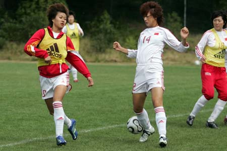 图文:女足备战阿尔加夫杯 王坤与韩端
