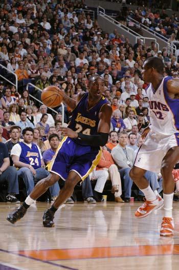 NBA图:湖人负太阳 科比伺机进攻