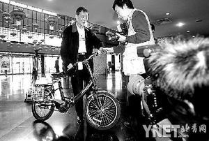"""委员带环保自行车上会建议调整""""禁车""""政策"""