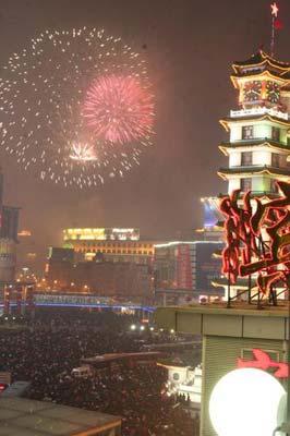 组图:郑州数万人观看元宵节烟花 市区交通受阻