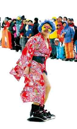北京举行滑雪比赛 参赛者赤裸表演人体彩绘(图)