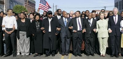 奥巴马希拉里参加民权纪念会 同台争取黑人选票