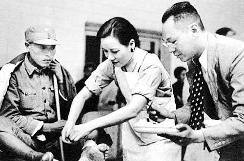 抗战时期 宋美龄为伤员包扎伤口