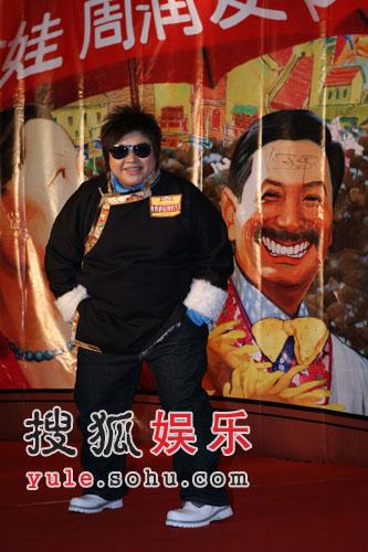 组图:韩红力挺妹妹赵薇 身着藏装走过红地毯