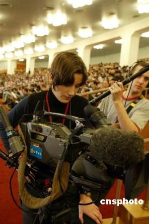 """图:奥地利""""美女""""记者现场采访"""