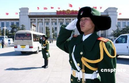 图:武警卫兵寒风中坚守岗位