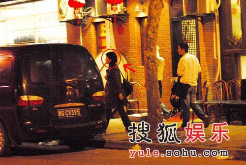 组图:陈可辛忙拍《刺马》 吴君如携女来探班