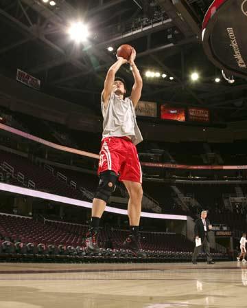 NBA图:火箭vS骑士 姚明联系后仰跳投