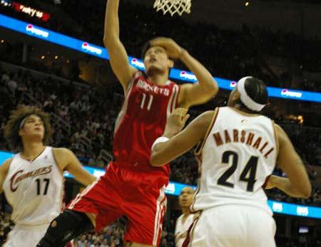NBA图:火箭vS骑士 姚明飞身补篮