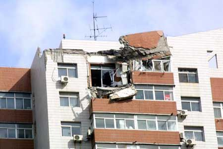 组图:大连一工地塔吊被狂风吹倒 一家三口遇难