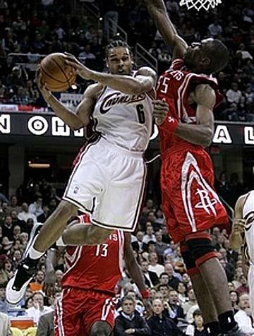 NBA图:火箭负骑士 香侬-布朗篮下分球