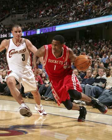 图文:[NBA]火箭85-91骑士 麦迪带球突破