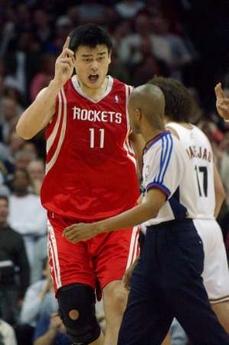图文:[NBA]火箭85-91骑士 姚明向裁判讨说法
