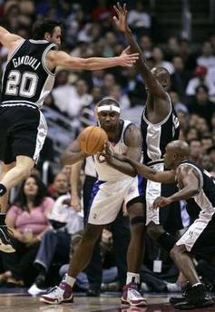 NBA图:马刺胜快船 布兰德遭遇围击