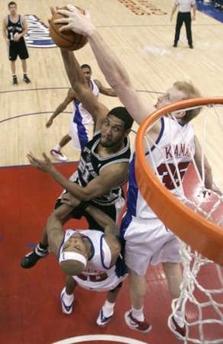 NBA图:马刺胜快船 卡曼封盖邓肯