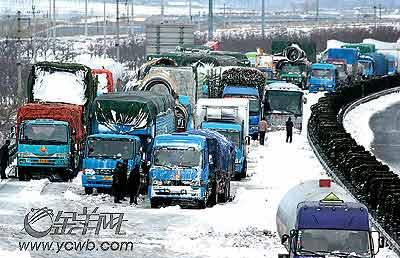 千余车辆被困高速
