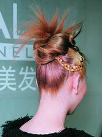 发型:迷情曼雅 冲撞的和谐发型