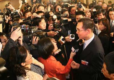 图文:林毅夫被中外记者围堵