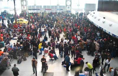 沈阳千余滞留旅客开始出港 机场仍无法接收航班