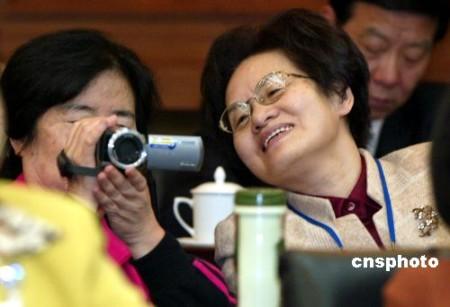 图:女委员用DV记录会议实况