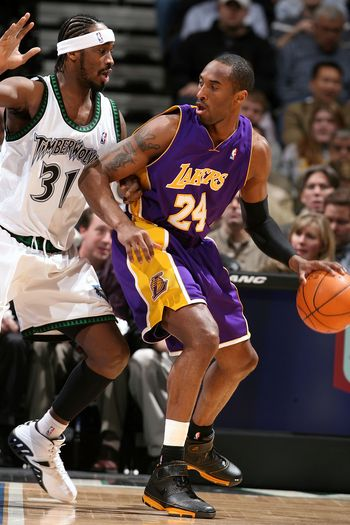 图文:[NBA]湖人大战森林狼 科比单打戴维斯