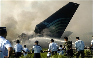 印尼鹰记航空公司客机降落时失火 49人丧生(图)