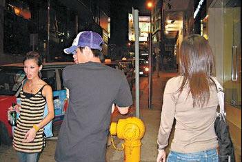 组图:侧田瞒着林苑偷食 当街与19岁女星调情