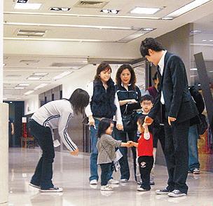 组图:贾静雯女儿曝光 活泼可爱见小孩主动握手
