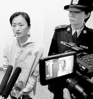 """王梅梅不堪忍受殴打,砍伤""""丈夫"""",在法庭审理后接受记者采访摄/通讯员 李钦鹏"""