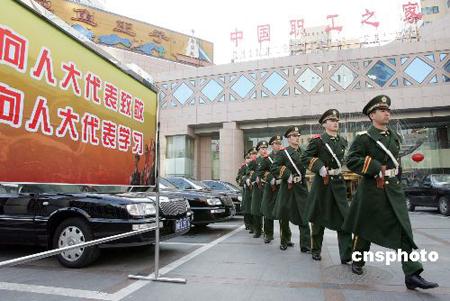 图:武警在代表、委员驻地巡逻