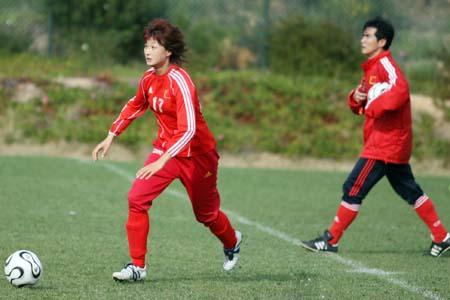 图文:[阿尔加夫]女足最后一练 王坤在训练中