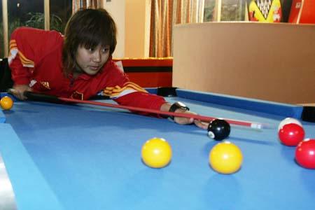 图文:[阿尔加夫]女足最后一练 韩端打台球