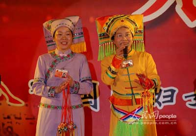 """图文:女代表欢庆""""三八""""妇女节"""