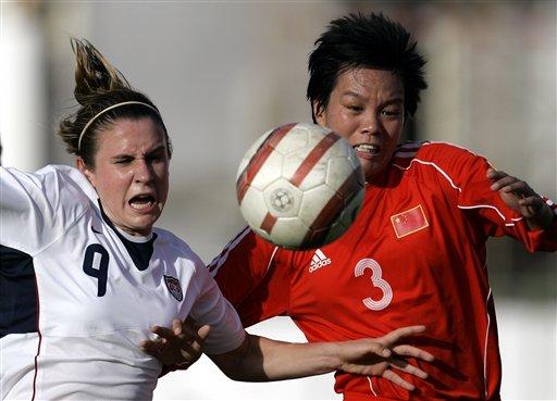 图文:[阿尔加夫杯]中国1-2美国 李洁积极防守