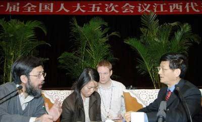图文:境内外50多名记者采访江西代表团