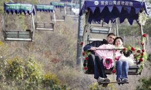 """英国男子乘坐""""空中花车""""向中国女友求婚(图)"""