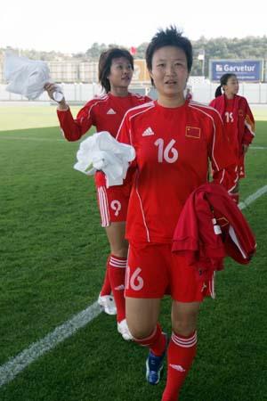 图文:[阿尔加夫杯]中国1-2美国 中国女足抛绣球