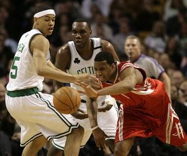 图文:[NBA]火箭VS凯尔特人 麦迪飞身拼抢