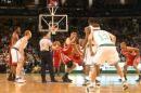 图文:[NBA]火箭VS凯尔特人 姚明开场跳球