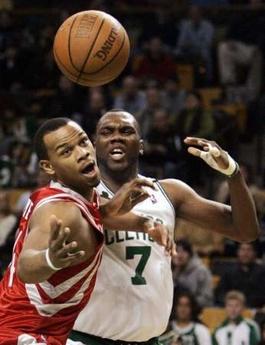 图文:[NBA]火箭胜凯尔特人 海耶斯挤位抢板