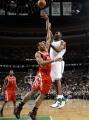 图文:[NBA]火箭胜凯尔特人 杰弗森飞身抛投